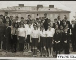 Przed szkołą nr 1. Rok 1965.