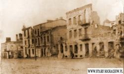 Zrujnowane domy wzdłuż ul. Warszawskiej. (zdj. ze zbiorów Roberta Niemiry)